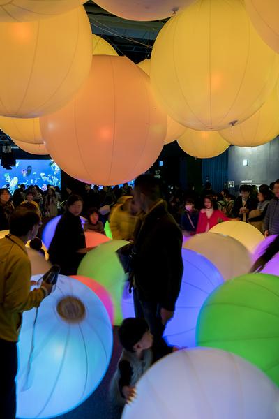 チームラボ 踊る!アート展と、学ぶ!未来の遊園地